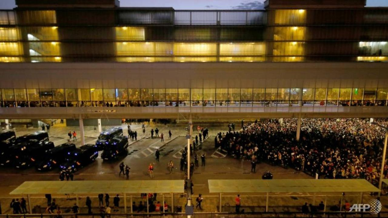tiru-hong-kong-demonstrasi-di-catalonia-blokir-bandara-internasional