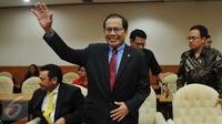 Menko Kemaritiman Rizal Ramli melambaikan tangan sebelum Rapat Kerja (Raker) Pansus Pelindo II di Gedung DPR RI, Senayan, Jakarta, Kamis (29/10). Raker itu membahas seputar masukan dalam pelaksanaan Pansus Angket Pelindo II (Liputan6.com/Johan Tallo)