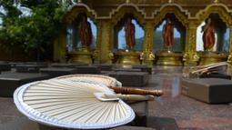 Pemandangan kuil Buddha Mahamevna yang sepi selama hari Waisak di bawah penerapan jam malam di Kaduwela, dekat ibu kota Sri Lanka, Kamis (7/5/2020). Kuil-kuil Buddha biasanya dipenuhi umat pada hari Waisak yang menandai kelahiran, pencerahan, dan wafatnya Sang Buddha. (Ishara S. KODIKARA/AFP)