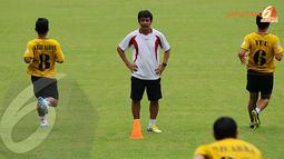 Jafry Sastra (pelatih Semen Padang) memimpin langsung latihan Semen Padang jelang berlaga melawan Persija Jakarta (Liputan6.com/Helmi Fithriansyah)