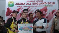 Menpora, Imam Nahrawi memberikan bonus kepada pelatih Ganda Putra, Herry IP saat tiba di Bandara Soekarno-Hatta, Cengkareng (20/3/2018). Kevin/Marcus berhasil mempertahankan gelar juara All England 2018. (Bola.com/Nick Hanoatubun)