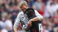 Pelatih Liverpool, Juergen Klopp, memeluk Sadio Mane usai bertanding melawan Arsenal pada laga Liga Premier Inggris di Stadion Emirates, London, Inggris, Minggu (14/8/2016). Liverpool menang 4-3 dari Arsenal. (Reuters/Tony O'Brien)