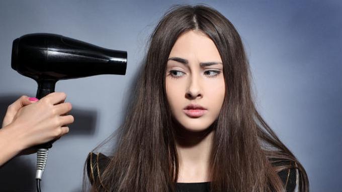 4 Cara Meluruskan Rambut Tanpa Pergi ke Salon - Beauty Fimela.com e59a26189f