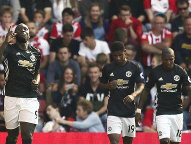 Striker Manchester United, Romelu Lukaku, melakukan selebrasi usai mencetak gol ke gawang Southampton pada laga Premier League di Stadion St Mary's, Sabtu (23/9/2017). Manchester United menang 1-0 atas Southampton. (AP/Andrew Matthews)