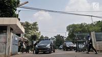 Kendaraan aparat kepolisian terlihat di Gereja Santa Anna Duren Sawit, Jakarta Timur, Senin (14/5). Tim Gegana Polda Metro Jaya melakukan penyisiran di dalam area gereja menyusul teror bom melalui telepon gelap di gereja itu (Merdeka.com/Iqbal S. Nugroho)