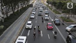 Kendaraan melintasi Jalan Jenderal Sudirman, Jakarta, Jumat (15/5/2020). Ditlantas Polda Metro Jaya menyatakan dalam beberapa hari terakhir mulai terjadi peningkatan volume kendaraan yang diduga karena banyak perkantoran yang sudah tidak menerapkan work from home (WFH). (Liputan6.com/Johan Tallo)