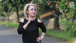 Regina Andriane Saputri bespose usai melakukan wawancara ekslusif di kediamannya di Bogor (12/7). Bukan terkait skandal pernikahannya dengan pengacara, melainkan gaya dan penampilan baru Regina. (Liputan6.com/Herman Zakharia)