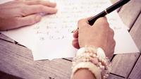 Merayakan Hari Ibu Internasional bocah ini menulis surat untuk ibunya. Bukannya gemas, netizen malah geram melihat tulisannya. (Ilustrasi: ThoughtCo)