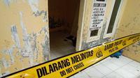 Garis polisi masih terpasang di rumah kontrakan Abu Rara terduga teroris yang menyerang Menko Polhukam Wiranto. (Yandhi Deslatama/Liputan6.com)