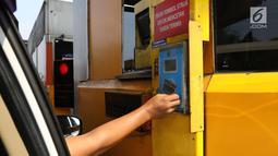 Pengendara melakukan transaksi nontunai menggunakan e-toll di gerbang tol ruas Tangerang, Banten, Rabu (17/7/2019). PT Jasa Marga (Persero) Tbk resmi menggandeng LinkAja untuk mendukung sistem penerapan transaksi nir sentuh atau Single Lane Free Flow (SLFF) di jalan tol. (Liputan6.com/Angga Yuniar)