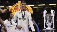 Bintang Real Madrid, Cristiano Ronaldo, merayakan gelar Liga Champions usai mengalahkan Juventus pada laga final di Stadion Principality, Cardiff, Sabtu (3/6/2017). Madrid berhasil menjadi juara Liga Champions. (AFP/Javier Soriano)