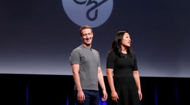 CEO Facebook Mark Zuckerberg bersama istrinya Priscilla Chan usai menggelar konferensi pers di UCSF Mission Bay, San Francisco, AS, Rabu (21/9).  Mark menyalurkan Rp 39 T demi sembuhkan segala macam penyakit. (REUTERS/Beck Diefenbach)