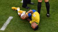 Penyerang timnas Brasil, Neymar mengerang kesakitan pada babak 16 besar Piala Dunia 2018 melawan Meksiko di Samara Arena, Senin (2/7). Jagat media sosial pun dibuat riuh oleh penggemar yang marah dan menyalahkan Neymar dengan sandiwaranya (AFP/SAEED KHAN)