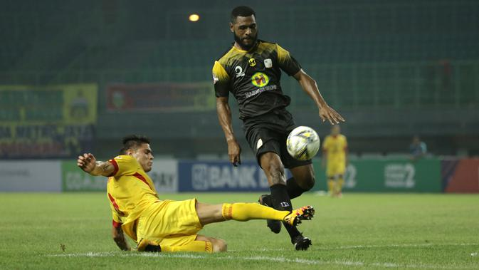 Striker Bhayangkara FC, Ramiro Fergonzi, berebut bola dengan bek Barito Putera, Donny Monim, pada laga Liga 1 2019 di Stadion Patriot, Bekasi, Selasa (29/5). Bhayangkara menang 4-2 atas Barito. (Bola.com/Yoppy Renato)