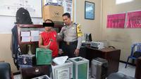 Ridwan Eko Prasetyo alias Teklek (27) ditangkap polisi lantaran nekat mencuri kotak amal masjid. (Liputan6.com/ Dian Kurniawan)