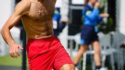 Petenis asal Serbia, Novak Djokovic menjuggling bola saat bermain sepakbola bersama timnya jelang bertanding melawan Cristian Garin dari Chile pada hari keenam turnamen tenis ATP Cup di Brisbane, Australia, Rabu (8/1/2020). (AFP Photo/Patrick Hamilton)