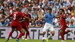Gelandang Manchester City, Rodrigo, berusaha melepas tendangan saat melawan Liverpool pada laga Community Shield di Stadion Wembley, London, Minggu (4/8). City menang 1-1 (5-4) atas Liverpool. (AFP/Adrian Dennis)