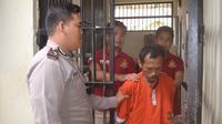 Tersangka pembunuh istri, Suratman (45) dipindah dari rumah Sakit PKU Muhammadiyah ke Markas Polres Wonosobo usai dinyatakan sehat. (Foto: Liputan6.com/Muhamad Ridlo)
