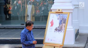 Wakil Presiden Jusuf Kalla melihat lukisan koleksi Istana di Galeri Nasional RI, Jakarta, Selasa (1/8). Pameran yang menampilkan lukisan koleksi istana tersebut akan di buka untuk umum besok rabu (2/8). (Liputan6.com/Angga Yuniar)