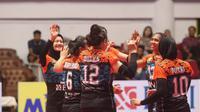 Tim putri BNI 46 merayakan kemenangan atas Jakarta Elektrik PLN pada seri kedua putaran pertama Proliga 2019 di GOR Tridharma, Gresik, Minggu (16/12/2018). (foto: PBVSI)