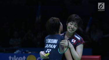 Ganda putri Jepang, Yuki Fukushima/Sayaka Hirota berpelukan usai mengalahkan Mayu Matsumoto/Wakana Nagahara di Final Indonesia Open 2018 di Istora GBK, Jakarta, Minggu (8/7). Yuki/Sayaka menang 21-14, 16-21, 21-14. (Liputan6.com/Helmi Fithriansyah)