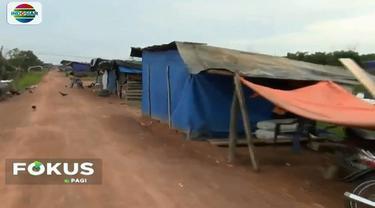 Warga terpaksa bertahan di lokasi ini meski tanpa penerangan listrik setiap malam lantaran rumah mereka terendam banjir.
