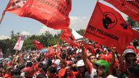 Ribuan massa berkostum merah tampak memenuhi Lapangan Joglo dengan terus mengibarkan bendera PDIP dan beberapa poster bergambar Megawati Soekarno Putri (Liputan6.com/Herman Zakharia)