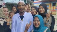M Nuh (tengah) diajak foto bareng oleh warga saat pulang ke rumah pada hari pertama lebaran. (dok warganet)