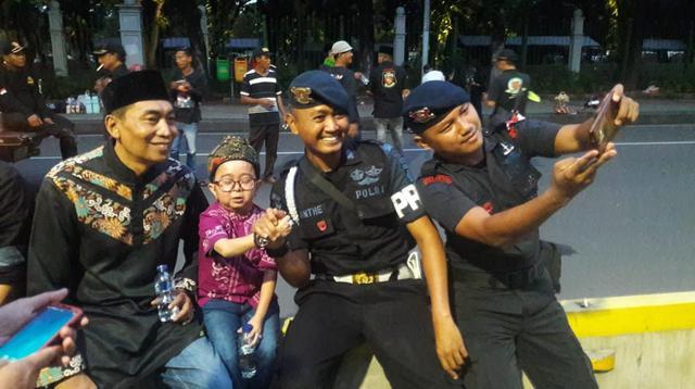 Dukungan moril terhadap anggota Polri yang bertugas menjaga keamanan pasca-Pemilu terus bergulir. Salah satunya dari ormas Forum Betawi Rempug (FBR).