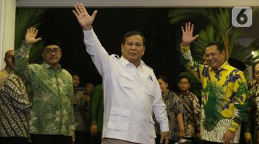 Ketua Umum Partai Gerindra, Prabowo Subianto (tengah) dan Ketua MPR RI, Bambang Soesatyo (kanan) melambaikan tangan usai pertemuan bersama pimpinan MPR di Jakarta, Jumat (11/10/2019). Pertemuan berlangsung tertutup. (Liputan6.com/Helmi Fithriansyah)