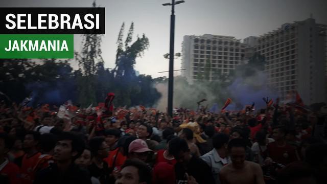 Berita video suporter Persija melakukan selebrasi di tempat nobar Plaza timur GBK saat mengetahui tim kesayangan mereka berhasil menjadi juara Liga 1 2018.