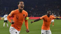 1. Virgil Van Dijk - Palang pintu Belanda ini sedang dalam performa terbaiknya, terbukti dengan keberhasilannya menjadi Pemain Terbaik Eropa 2019. Bintang Liverpool ini layak dinobatkan sebagai simbol dari kebangkitan sepak bola De Oranje. (AFP/John Macdougall)