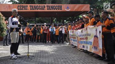 Gubernur Jawa Tengah Ganjar Pranowo memberikan sambutan saat melepas keberangkatan personel  Badan Penanggulangan Bencana Daerah (BPBD) dan bantuan ke Banten yang terdampak bencana tsunami Selat Sunda di Semarang, Jumat (28/12). (Liputan6.com/Gholib)