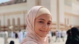 Penampilan Amanda menggunakan balutan busana muslim berwarna kalem saat melaksanakan umrah sangat menyejukkan. Gadis kelahiran Jakarta ini juga tampil tanpa make up kala itu, membuat penampilannya semakin natural. (Liputan6.com/IG/@amandarawles)