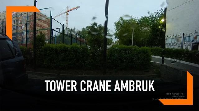 Sebuah tower crane yang berlokasi di kawasan rumah susun di Rusia ambruk. Angin kencang menjadi penyebabnya. Peristiwa ini menyebabkan seorang operator crane terluka parah dan harus dilarikan ke rumah sakit.