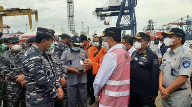 Menteri Perhubungan Budi Karya Sumadi dan Panglima TNI Marsekal Hadi Tjahjanto meninjau posko kemanusiaan Sriwijaya Air di JICT 2