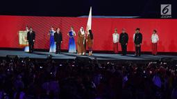Menko PMK Puan Maharani menyerahkan bendera Asian Games kepada Presiden OCA Sheikh Ahmad Al-Fahad Al-Sabah saat penutupan Asian Games 2018 di Stadion Utama GBK, Jakarta, Minggu (2/9). (Merdeka.com/Imam Buhori)