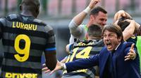 Namun, Conte akhirnya tetap bertahan dan terus membangun skuadnya. Conte akhirnya berhasil menebus kegagalannya di musim sebelumnya pada musim ini. Inter dibawanya menjadi juara Serie A dengan menyisakan empat pertandingan. (Foto: AFP/Miguel Medina)