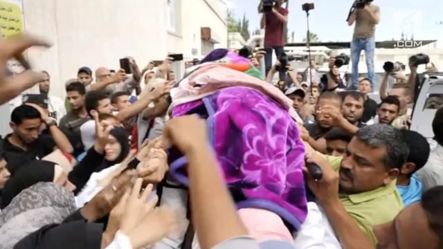 Perawat Palestina Razan al-Najar, 21, yang tewas ditembak tentara Israel, Jumat (1/6) lalu dimakamkan.