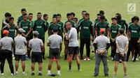 Asisten Pelatih Timnas Indonesia U-22, Nova Arianto memberikan arahan pada sesi latihan di Stadion Madya, Jakarta, Kamis(24/1). Timnas Indonesia U-22 mengasah teknik finishing dan transisi. (Bola.com/Yoppy Renato)