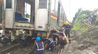 Petugas memeriksa gerbong KRL yang anjlok di Kebon Pedes, Bogor, Jawa Barat. (Liputan6.com/Achmad Sudarno)