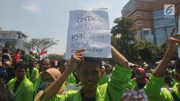 Mahasiswa membawa poster dalam unjuk rasa di Kantor Gubernur Jawa Tengah, Jalan Pahlawan Semarang, Selasa (24/9/2019). Mahasiswa dari berbagai universitas meneriakkan kecaman terhadap DPR sebagai protes terhadap rencana pengesahan Rancangan KUHP dan sejumlah RUU lain. (Liputan6.com/Gholib)