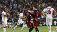 BERPELUKAN - Lionel Messi memeluk Neymar usai mencetak gol ke gawang AS Roma. (REUTERS/Albert Gea)