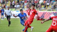 Striker Arema, Dedik Setiawan, mencetak gol tunggal Arema melawan Semen Padang di Stadion H. Agus Salim, Padang, Jumat (12/7/2019). (Bola.com/Iwan Setiawan)
