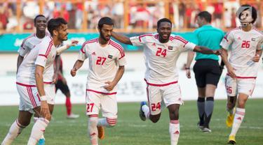 Pemain Uni Emirat Arab (UEA) melakukan selebrasi usai membobol gawang Indonesia pada Asian Games 2018 di Stadion Wibawa Mukti, Jawa Barat, Jumat (24/8). Indonesia kalah dari UEA lewat drama adu penalti. (Bola.com/Vitalis Yogi Trisna)