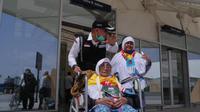 Petugas Haji Indonesia 2019 membantu jemaah di Bandara Prince Mohammed bin Abdul Aziz. Foto: Darmawan/MCH