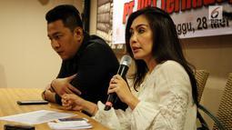 Angota DPR Rieke Diah Pitaloka dan Ketua SP JICT Nova Sofyan Hakim menggelar keterangan pers terkait Gugatan Perusahaan kepada Karyawan JICT di Jakarta, Minggu (28/5). (Liputan6.com/JohanTallo)