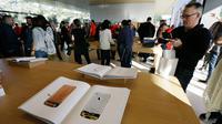Pengunjung menghadiri pembukaan Visitor Center di kawasan Apple Park di Cupertino, California, Jumat (17/11). Di dalamnya terdapat area untuk penjualan produk-produk, seperti iPhone, iPad, Apple Watch, MacBook dan merchandise bermerek. (AP/Eric Risberg)