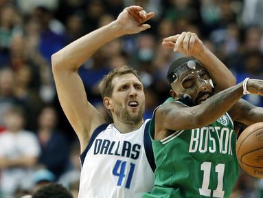 Aksi pemain Boston Celtics, Kyrie Irving (11) melewati adangan pemain Dallas Mavericks, Dirk Nowitzki (41) pada lanjutan NBA basketball game di American Airlines Center, Dallas, (20/11/2017).   Celtics menang 110-102. (AP/Tony Gutierrez)