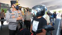 Vaksinasi drive thru di Polres Tanjung Perak dipadati pemotor. (Dian Kurniawan/Liputan6.com)
